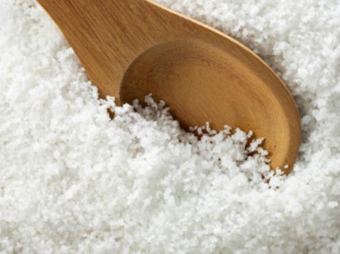 Blanchir ses dents naturellement avec le gros sel de mer